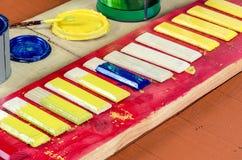 刷子、油漆和委员会 免版税库存照片