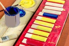 刷子、油漆和委员会 免版税库存图片
