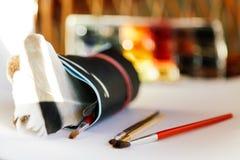 刷子、油漆和画纸在白色背景,概念性艺术家和设计师的 免版税库存照片