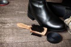 刷子、波兰奶油和黑鞋子 图库摄影