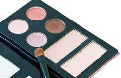 刷子和化妆用品,在被隔绝的白色背景 免版税库存照片