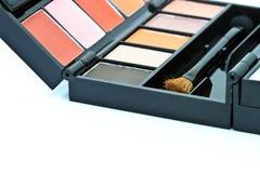 刷子和化妆用品,在被隔绝的白色背景 免版税库存图片