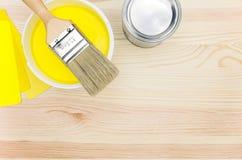 刷子和开放罐头油漆 免版税库存图片
