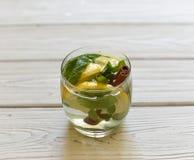 刷新与水、柠檬、姜、薄荷叶和黄瓜的夏天寒冷健康开胃饮料 图库摄影