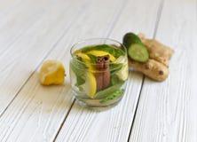 刷新与水、柠檬、姜、薄荷叶和黄瓜的夏天寒冷健康开胃饮料 免版税库存图片
