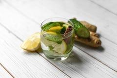 刷新与水、柠檬、姜、薄荷叶和黄瓜的夏天寒冷健康开胃饮料 免版税图库摄影