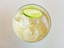 刷新冷的姜汁无酒精饮料顶视图玻璃  免版税库存图片