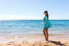 刷新在海滩的白色衣物的妇女在一个晴天 库存图片