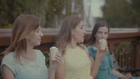 刷新的可爱的妇女与冰淇凌 股票录像