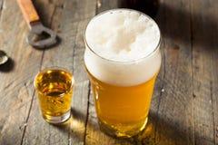 刷新的啤酒和威士忌酒射击修制锅炉的人 库存照片
