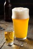刷新的啤酒和威士忌酒射击修制锅炉的人 免版税库存照片