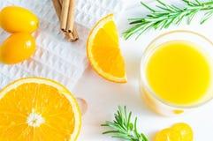 刷新的夏天柑橘饮料用桔子、金桔和迷迭香 白色背景,平位置,顶视图 图库摄影