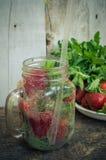 刷新的夏天饮料用草莓 免版税库存图片
