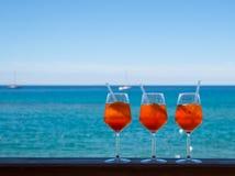 刷新的开胃酒Aperol在蓝色海的背景喷  免版税库存图片