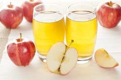 刷新的有机苹果汁 免版税库存图片