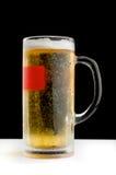 刷新的杯子在黑背景的冰镇啤酒 库存图片