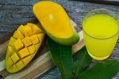 刷新的杯热带亚尔方索芒果汁,顶视图 免版税图库摄影