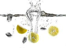 刷新的柠檬和冰块飞溅 免版税图库摄影