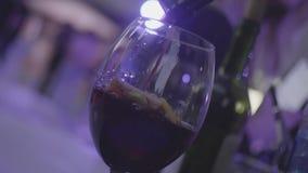 刷新的桑格里酒、拳打用果子和红酒涌入玻璃在慢动作 框架 玻璃用柑橘水果 股票视频