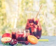 刷新的桑格里酒或拳打用果子 库存图片