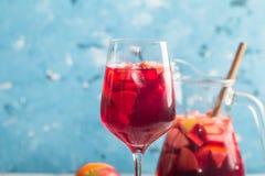 刷新的桑格里酒或拳打用果子 免版税库存图片