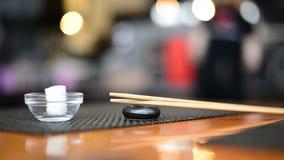 刷新的餐巾和筷子在日本餐馆 股票录像