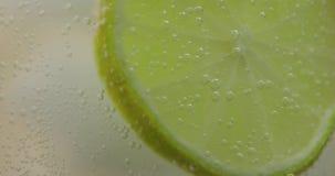 刷新的饮料苏打的特写镜头与互动与冰和石灰的泡影的 影视素材