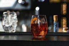 刷新的鲜红色的鸡尾酒用在酒吧背景隔绝的葡萄果子 免版税图库摄影