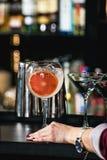 刷新的鲜红色的coctail用在酒吧背景隔绝的葡萄果子 免版税库存图片