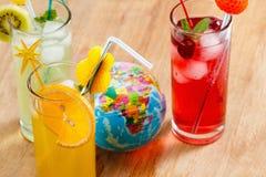 刷新的鸡尾酒和地球,概念 库存图片