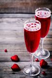 刷新的鸡尾酒用香槟和蔓越桔为华伦泰` s天 免版税库存图片