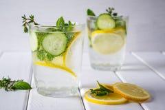 刷新的黄瓜鸡尾酒,柠檬水,在一块玻璃的戒毒所水在白色背景 免版税库存图片
