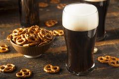 刷新的黑暗的壮健啤酒 库存图片