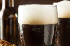 刷新的黑暗的壮健啤酒 免版税库存图片