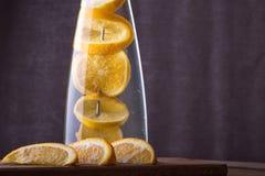 刷新的水用桔子 在木后面的自创柠檬水 库存图片