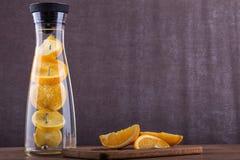 刷新的水用桔子 桔子在水中切a 饮料 免版税库存图片