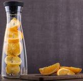刷新的水用桔子 桔子在水中切a 饮料 库存图片