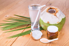 刷新的绿色椰子汁用自然纯净的蜂蜜喝 库存照片