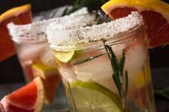 刷新从葡萄柚和石灰的非酒精饮料与冰 图库摄影