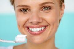 刷有刷子的美丽的微笑的妇女健康白色牙 库存图片