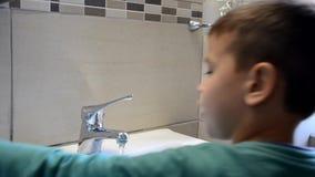 刷牙和看的孩子男孩镜子,早晨活动,洗他的手 股票录像