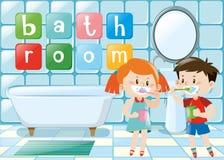 刷牙的两个孩子在卫生间里 免版税库存照片