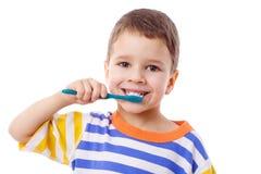 刷逗人喜爱的小的牙的男孩 免版税库存图片