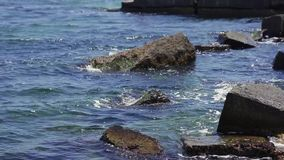 刹车反对石头和小卵石在海滩,纯净的水波浪的海  股票视频