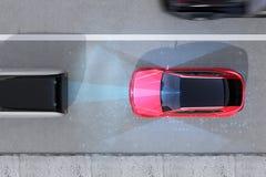 刹车红色SUV的紧急状态鸟瞰图避免车祸 库存照片
