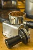 刺刀充满浓咖啡地面 免版税库存图片