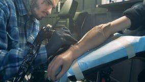 刺字一个有残障的客户的一条利用仿生学的假肢的一个人 股票视频