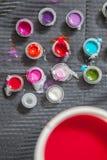 刺字与几块小杯子和塑料玻璃的艺术家桌 库存图片