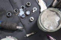 刺字与数的艺术家桌墨水小杯子和笔墨水马赫 免版税库存图片