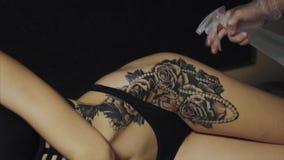 刺字准备他的客户的皮肤艺术家对做纹身花刺的过程 股票录像